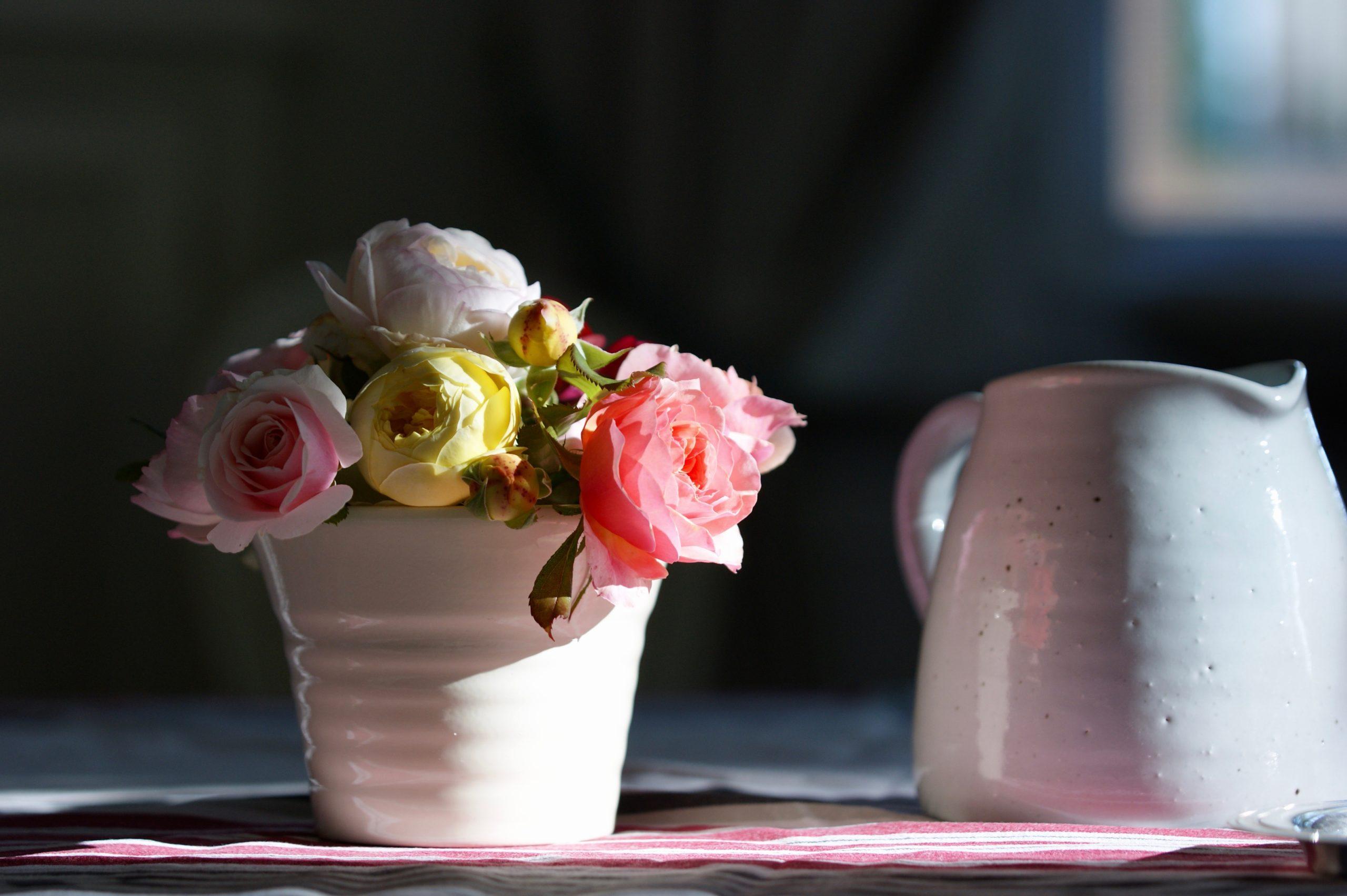 Milieu de table avec des roses du jardin - Roses Guillot®